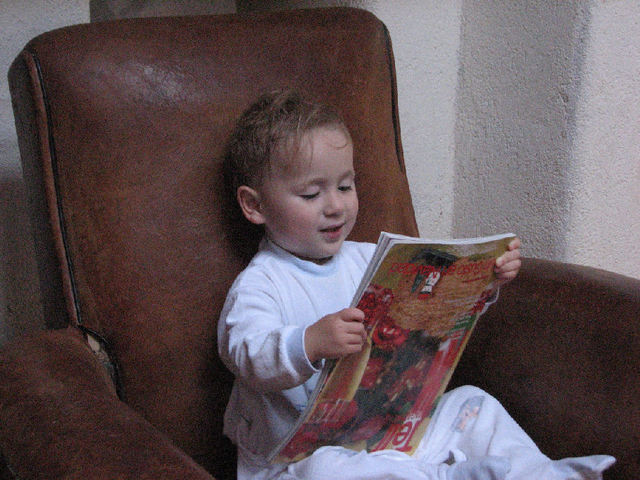 My precious qui lit les revues à l'envers (c) SB